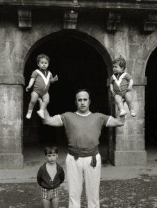 Julen Lopetegui junto a su padre, quien en sus manos tiene a sus dos hermanas.